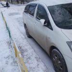 Toyota Wish запустил двигатель, вышел из машины и случайным образом двери заблокировались